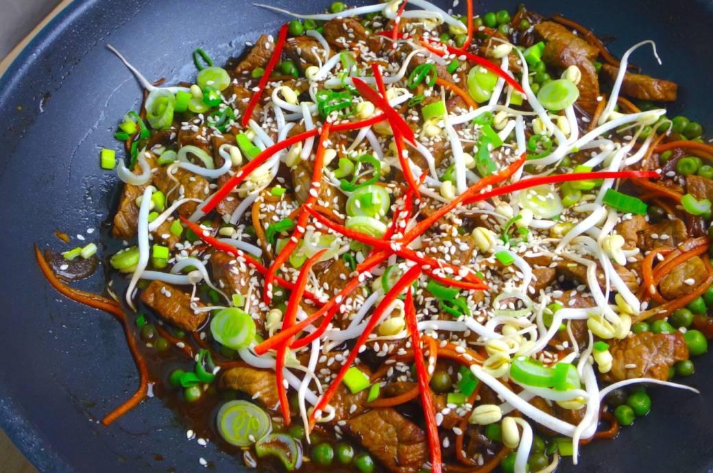 Das Beef Teriyaki wird mit viel Gemüse serviert