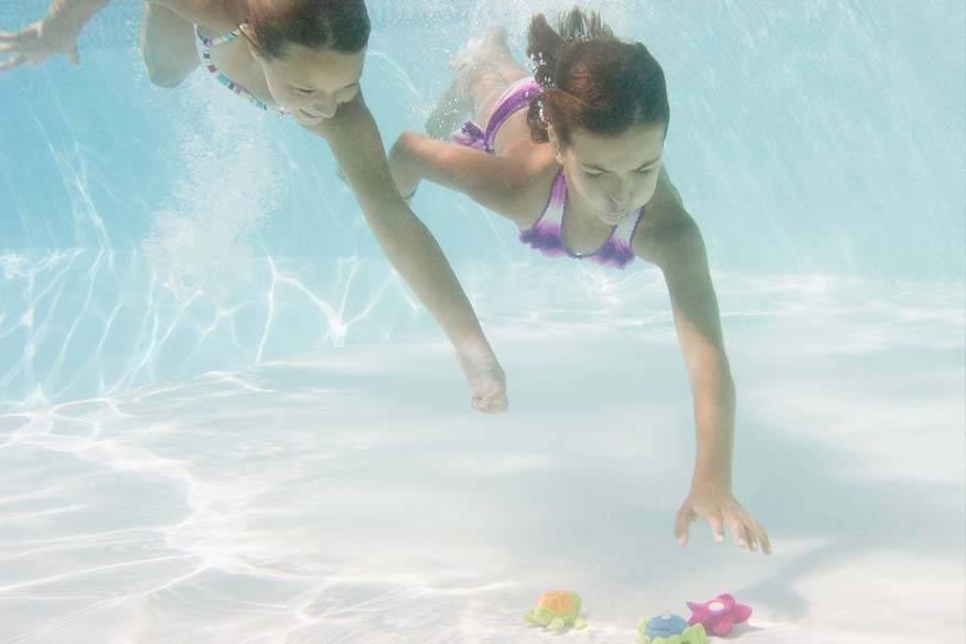 Zwei Kinder beim Tauchen im Pool: Leider kommt es immer wieder zu Unfällen. Eltern sollten deshalb einige Dinge beachten