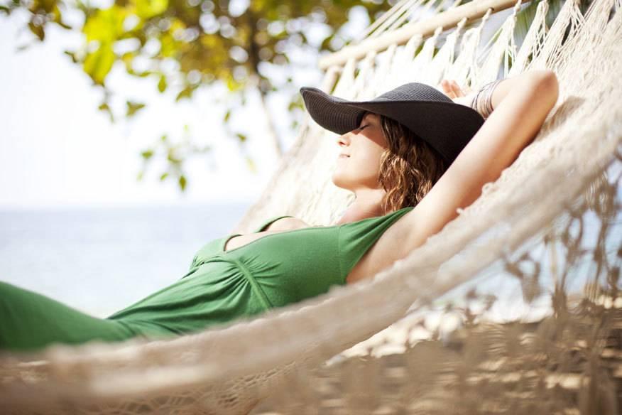Stress kann man auch in einem Kurzurlaub abbauen – zum Beispiel am See um die Ecke, beim Wandern oder einem Wellness-Kurztrip