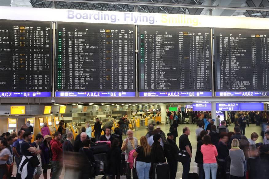 Immer wieder kommt es, wie am Frankfurter Flughafen, zu Streiks, die zu Verspätungen und Ausfällen führen. Normalerweise steht den Reisenden eine Ausgleichszahlung zu