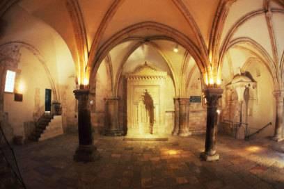 Der Saal ist nicht original, er wurde im 14. Jahrhundert von den Franziskanern in einem Gebäudekomplex auf dem Zionsberg errichtet
