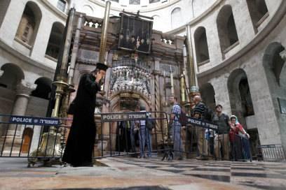 Anstehen vor dem Grab Jesu in der Grabeskirche in Jerusalem