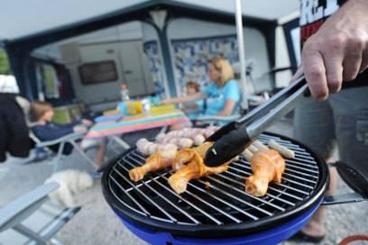 Grillen ist ein Klassiker beim Campen. Es geht schnell, macht Spaß und schmeckt gut. Dennoch sollte man nicht jeden Tag den Grill anschmeißen müssen