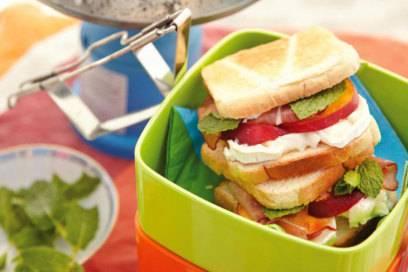 Toastbrot ist vielseitig einsetzbar: Mit wenigen Handgriffen sind beim Campen leckere Sandwiches zubereitet