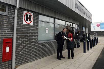 In Schild am Bahnhof Warrington Bank Quay (England) zeigt es an: Hier ist kussfreie Zone!
