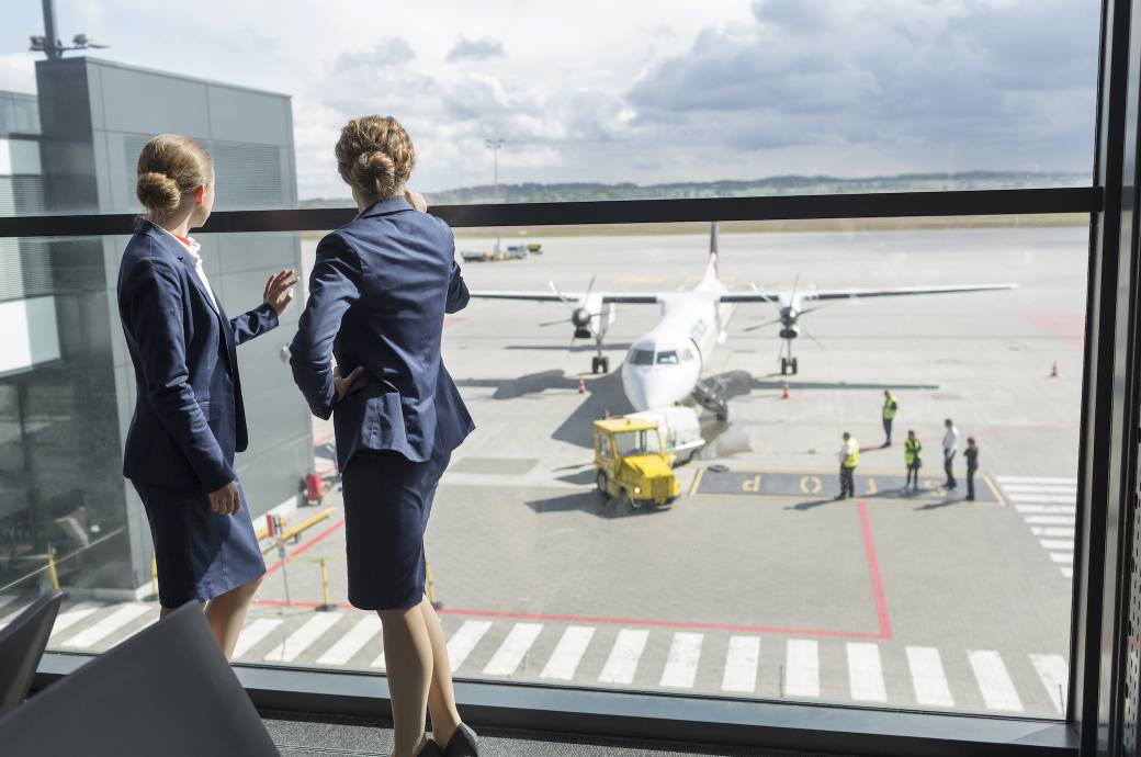 Flugbegleiterinnen am Flughafen