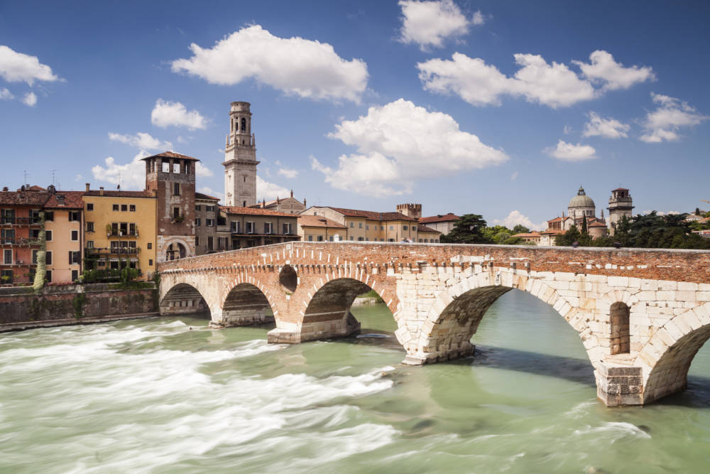 Die Ponte Pietra im historischen Zentrum von Verona