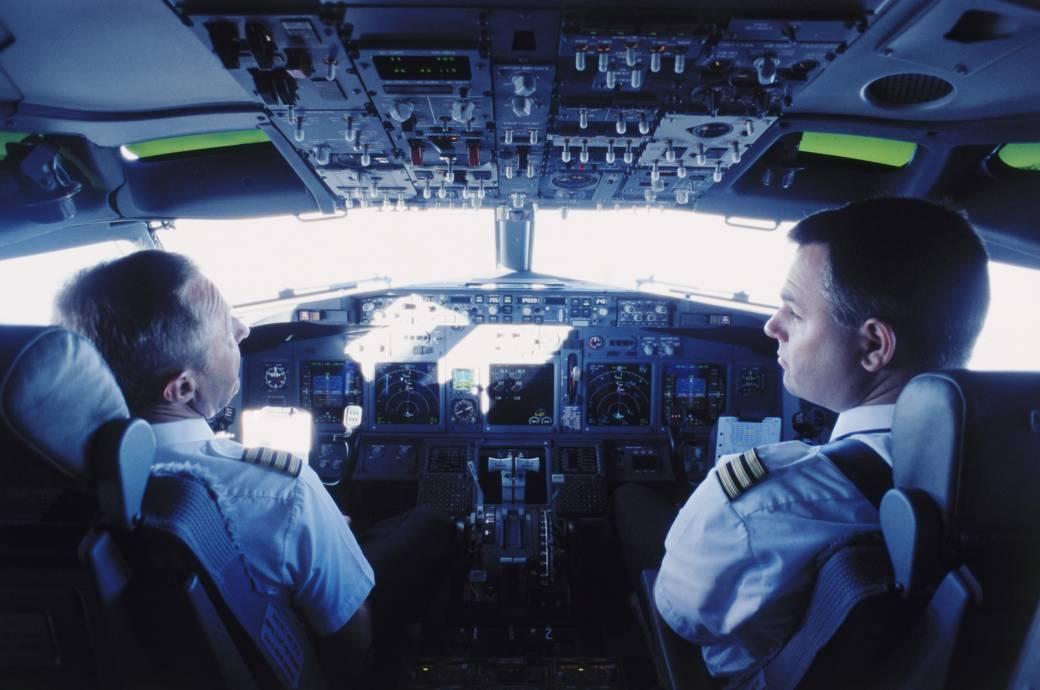 Pilot und Co-Pilot im Cockpit
