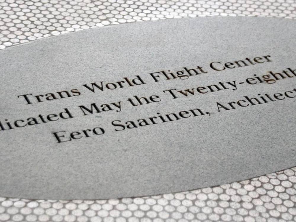 Eine Plakette erinnert an Eero Saarinen, den Architekten des TWA-Terminal am New Yorker Flughafen John F. Kennedy.