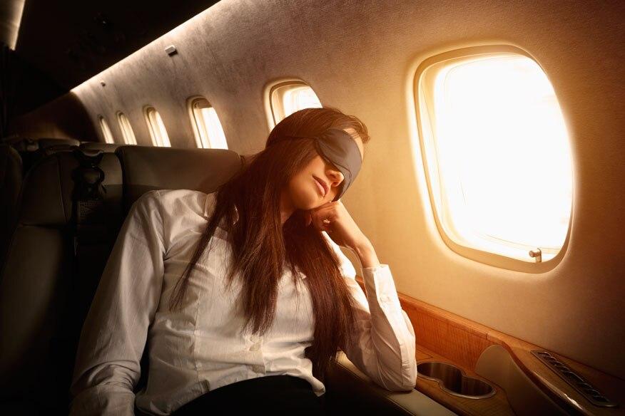 Einer der besten Plätze für Passagiere, die schlafen wollen, ist der am Fenster – sofern er weit genug von Bordküche und Toilette entfernt ist