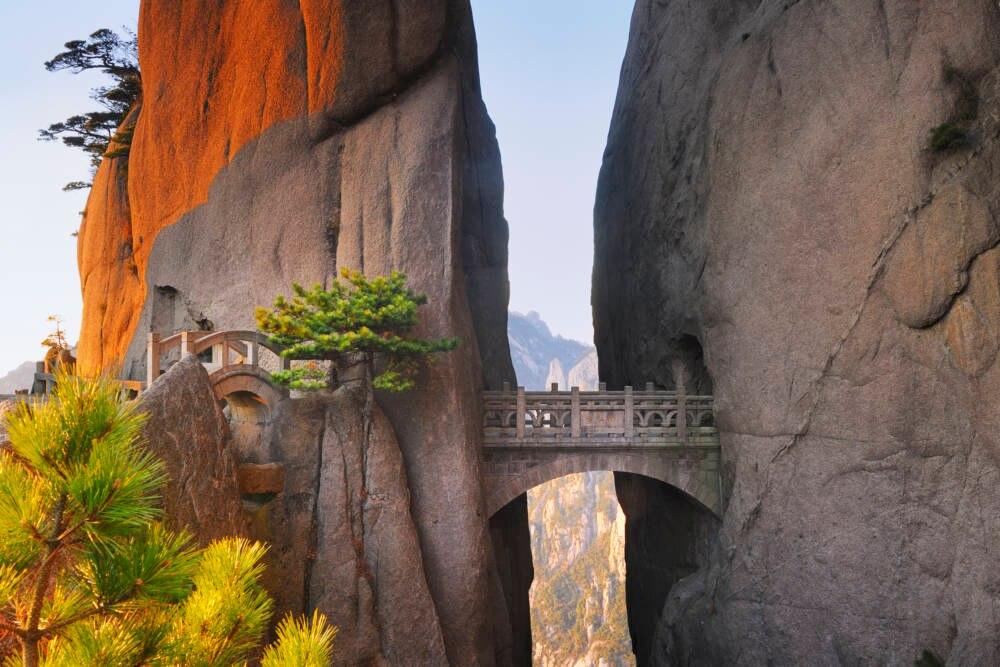 """Nichts für Angsthasen: Traut man sich über die etwa 7 Meter lange """"Walking Fairyland Bridge"""" und passiert den Tunnel, wird man mit dem Ausblick über den Xihai Grand Canyon, auch bekannt als """"Magic Scenic Area"""", belohnt"""
