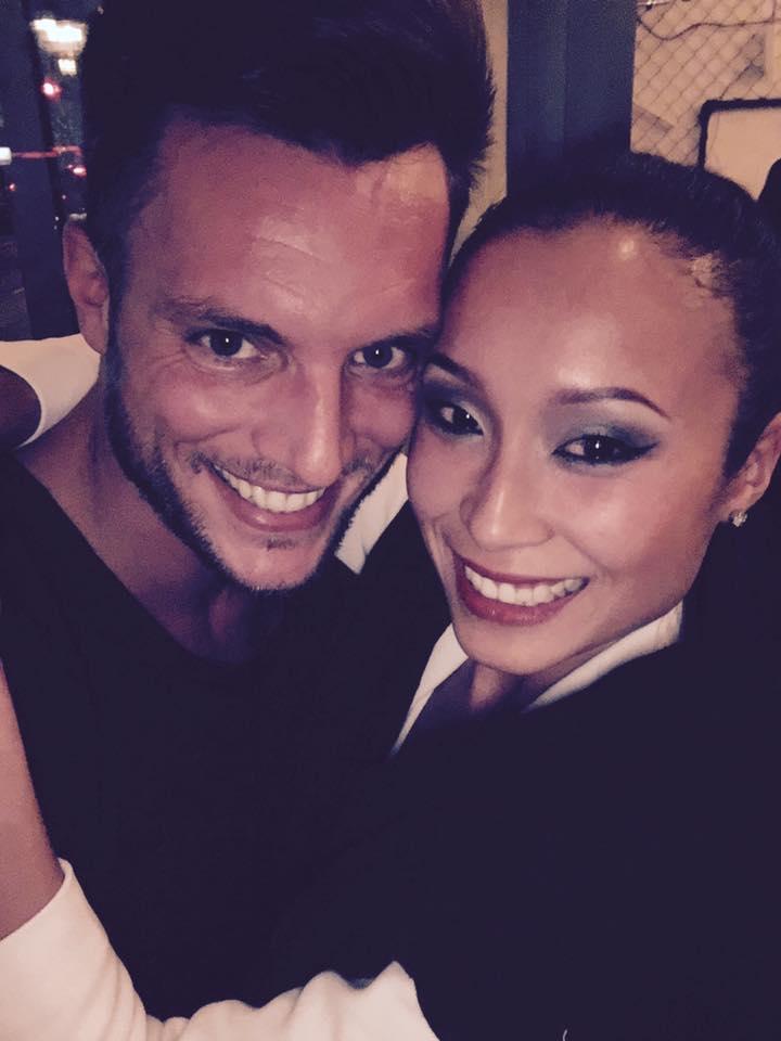 Kim und Michael umarmen sich, glückliches Paar in Vietnam