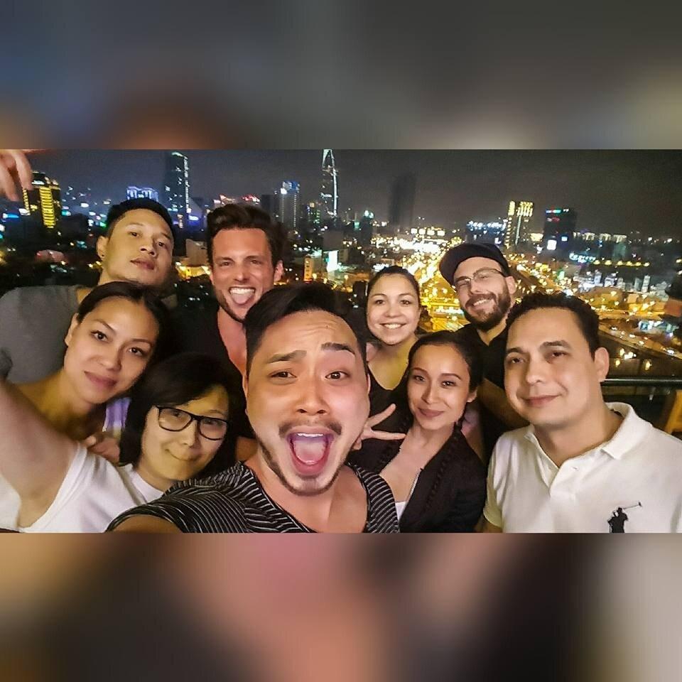 Freunde als Gruppe am Feiern