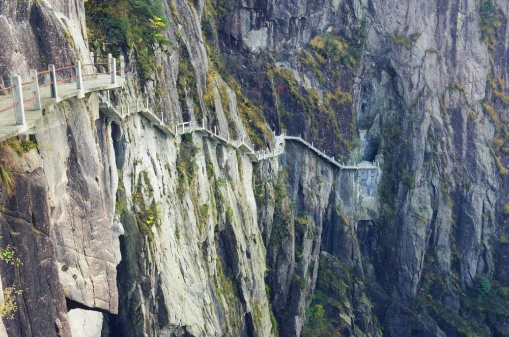 Nervenkitzel pur entlang des Wanderpfades an steilen Felsklippen
