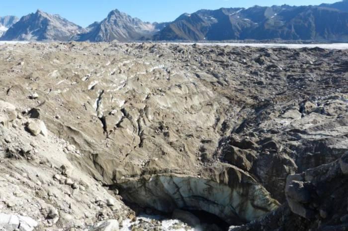Gletschermühle im Ruth Glacier