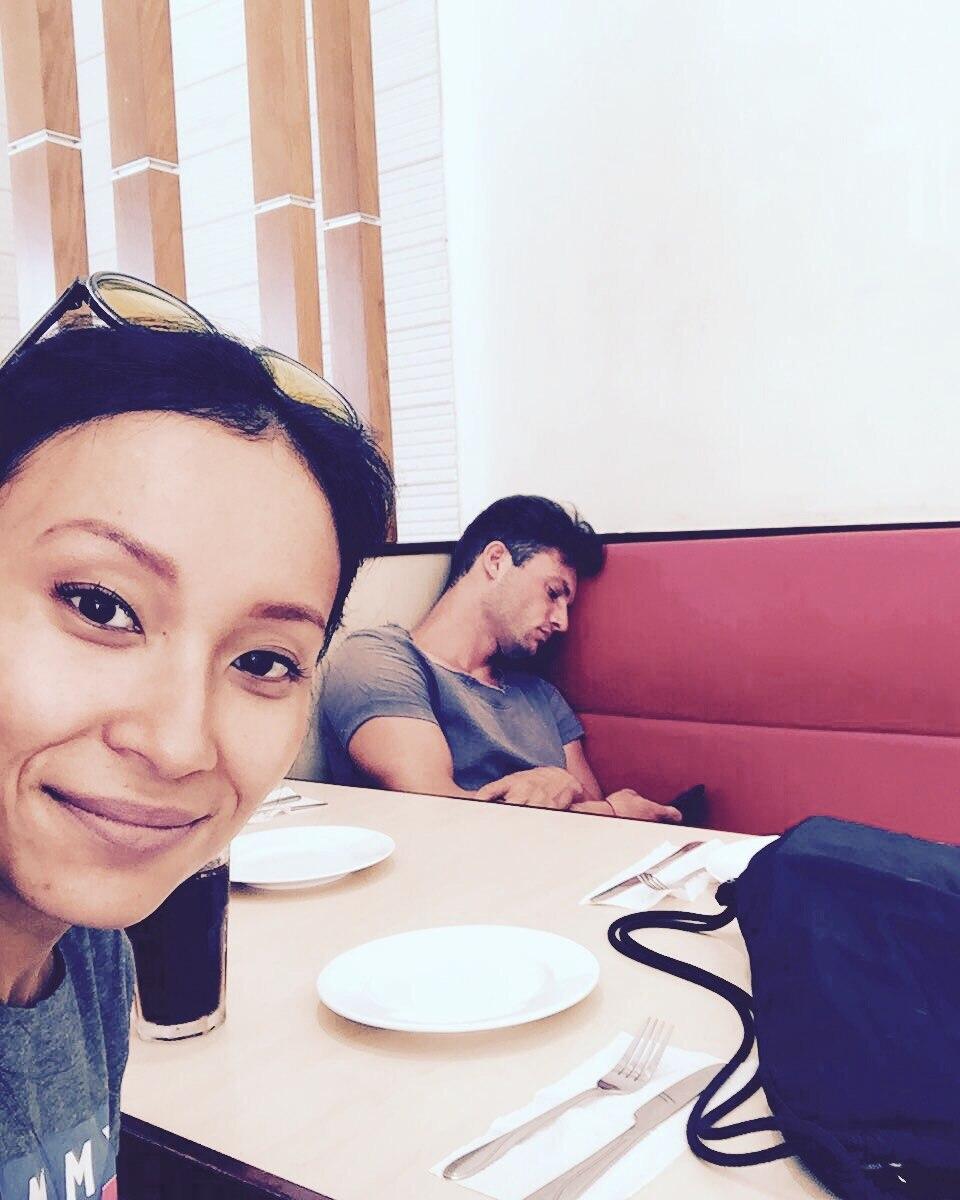 Kim und Michael im Pizza Hut, er schläft, sie lächelt