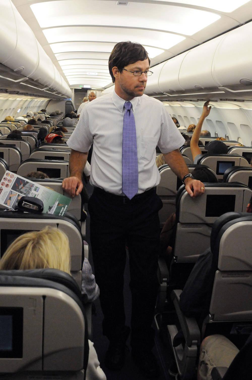 Berührt von unzähligen Händen: die Sitzlehnen im Gang eines Flugzeugs