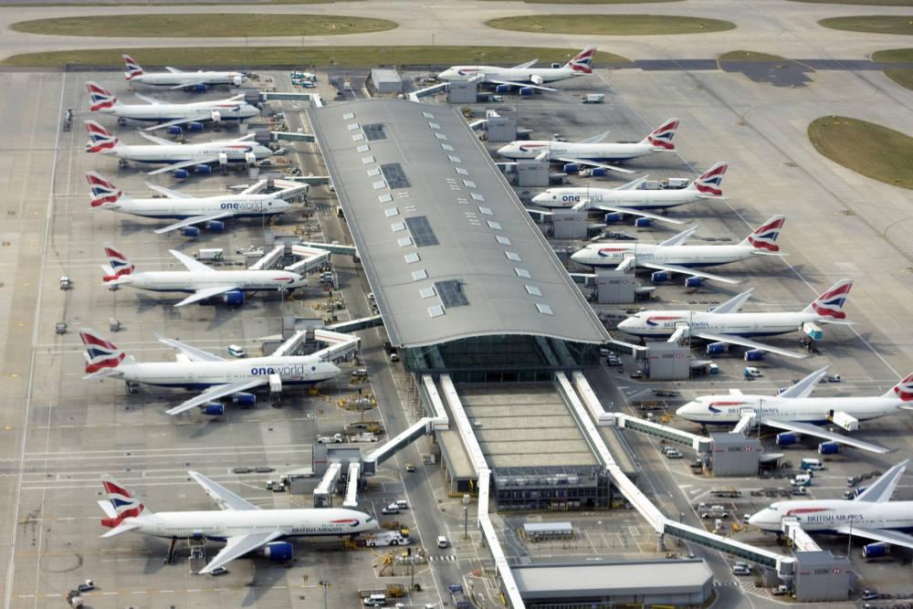 Weiße Flugzeuge am Terminal in London Heathrow