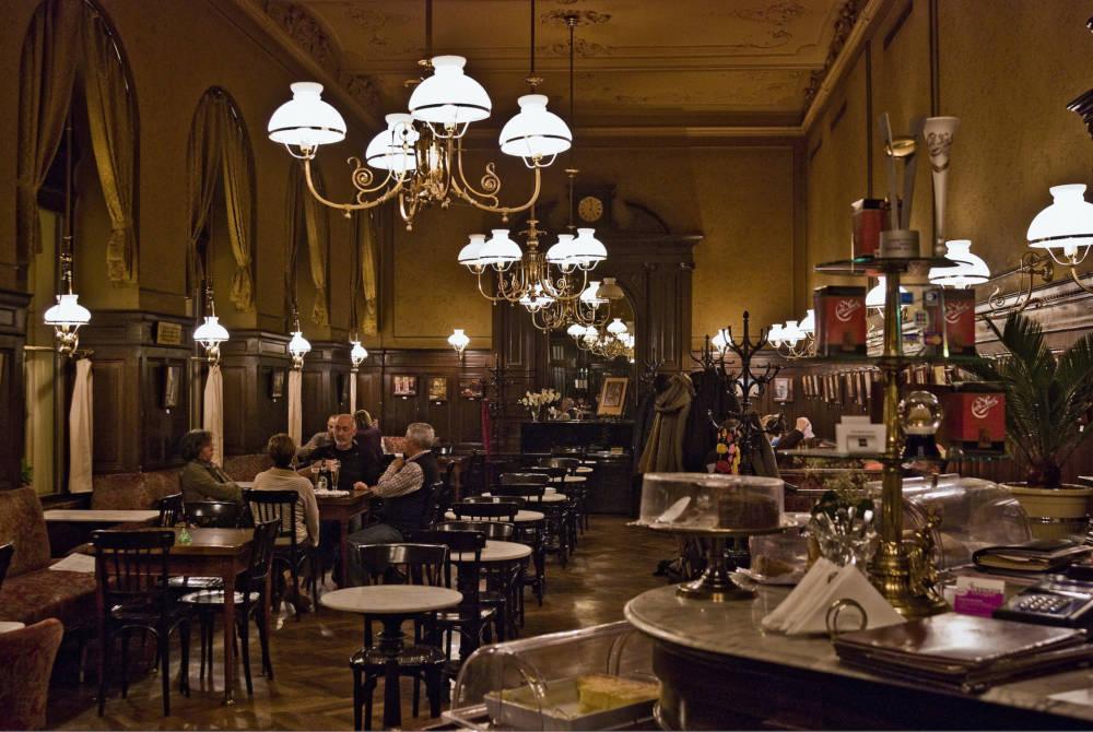 Das Cafe Sperl im 6. Bezirk . Der Stephansdom am Stephansplatz