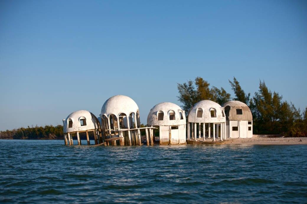 Die tragische Geschichte der Ufo-Häuser, die in Florida im Meer versinken