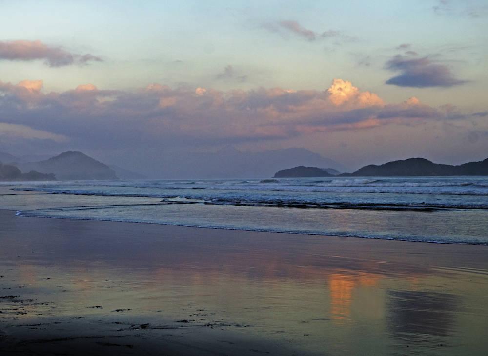 Juqueí hat einen unglaublich langen und zum Teil eisamen Sandstrand. Auch abends lohnt sich ein Spaziergang am Wasser entlang...