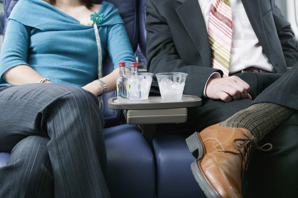 Bei diesen europäischen Airlines ist der Drink noch umsonst