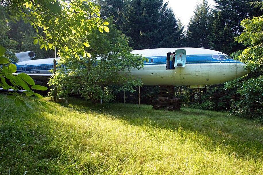 Mann wohnt in Flugzeug Boing
