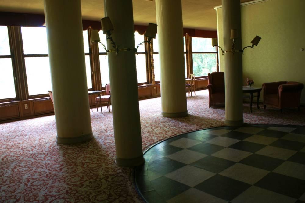 Der alte Tanzsaal mit seinen vielen Säulen im Schlosshotel Waldlust