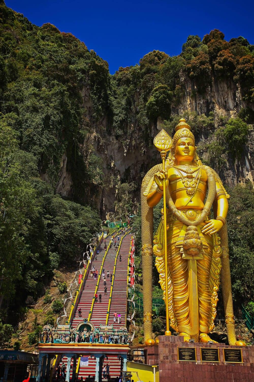 Die 42,7 Meter hohe Statue des Gottes Murugans befindet sich vor den Stufen zur Kathedralenhöhle.