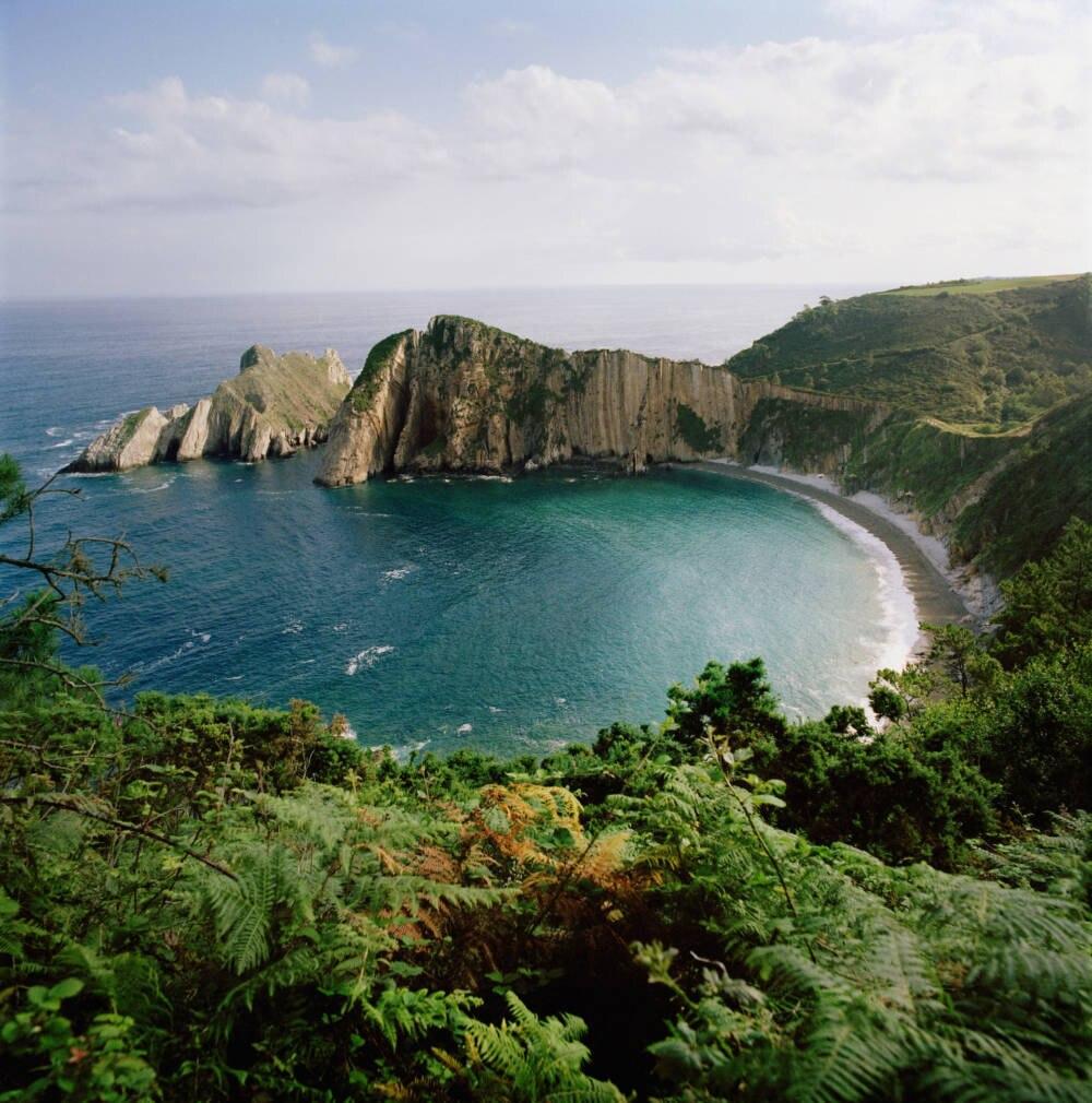 Ein Strand nähe der spanischen Gemeinde Cudillero. Spanien bietet zwar Sonne satt, aber hat mit wirtschaftlichen Problemen zu kämpfen