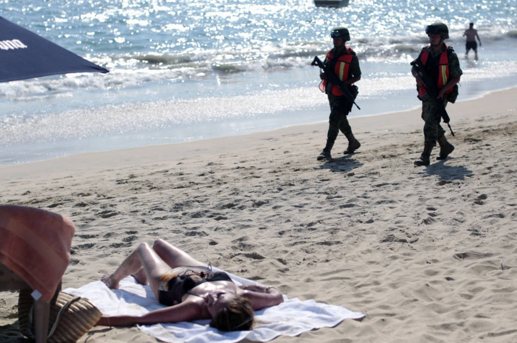 Soldaten patrouillieren am Strand von Acapulco