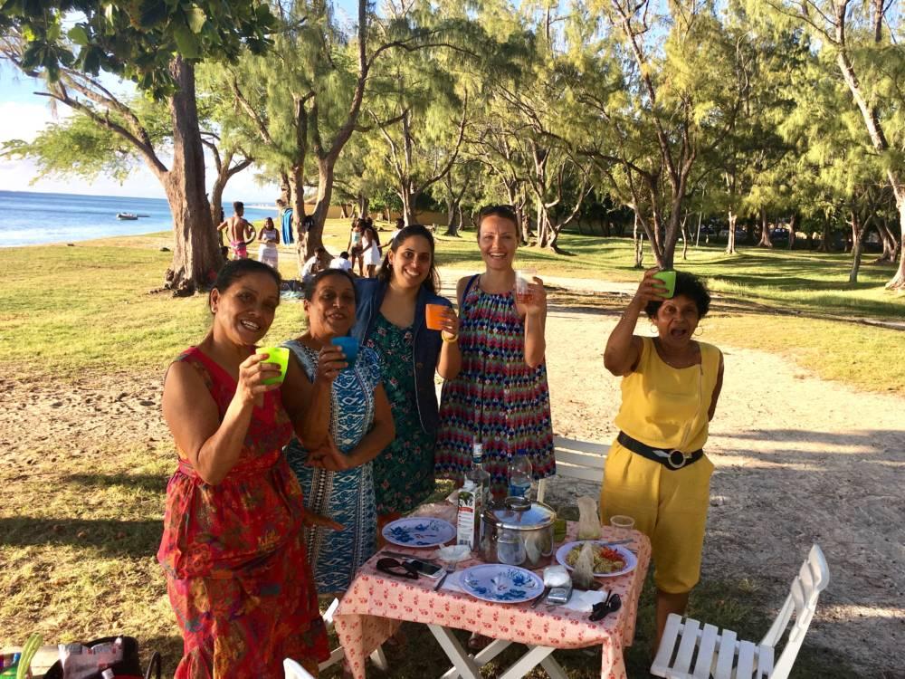 Gruppe an einem öffentlicher Strand