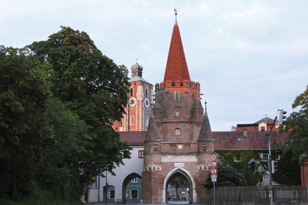 Das Kreuztor ist trotz unbekannter Elemente das Wahrzeichen der Stadt. Im Hintergrund sieht man bereits das Liebfrauenmünster