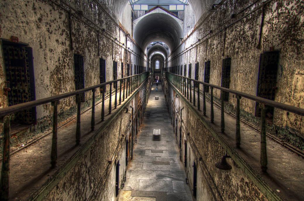 Die Eastern State Penitentiary war einst das gefürchtetste Gefängnis in den Vereinigten Staaten. Obwohl es heute ein Museum ist, sollen dort immer noch die Geister jener spuken, die hier zu Tode kamen.