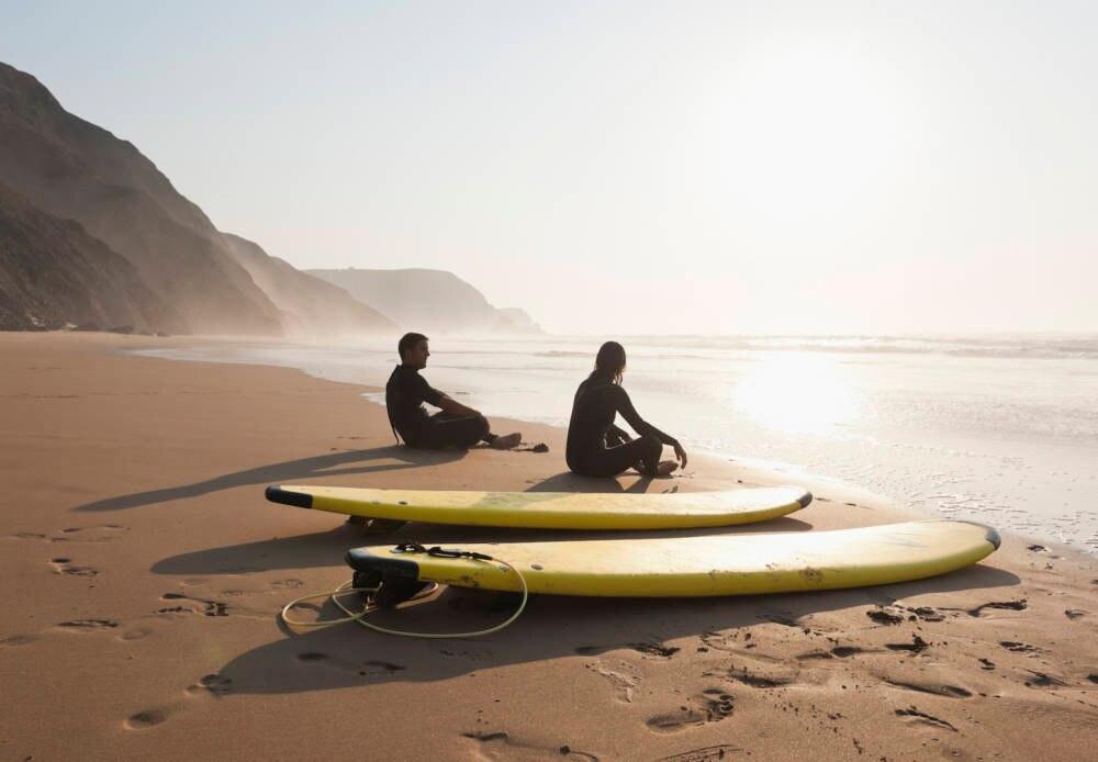 Pärchen beim Surfen in Portugal