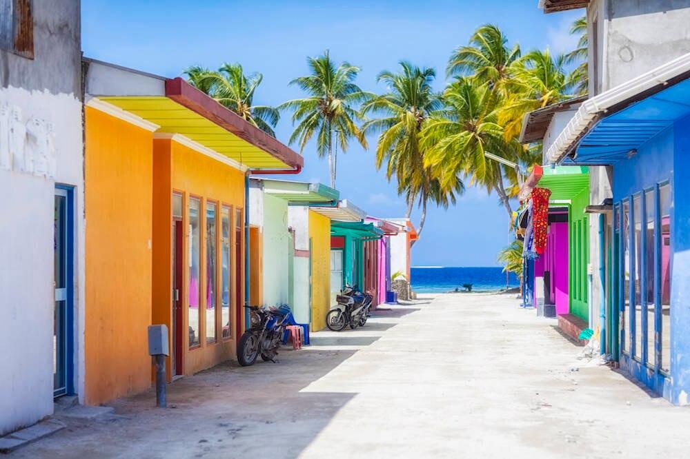 Kleine Einkaufsstraße mit bunten Häusern auf der Einheimischen-Insel Maafushi