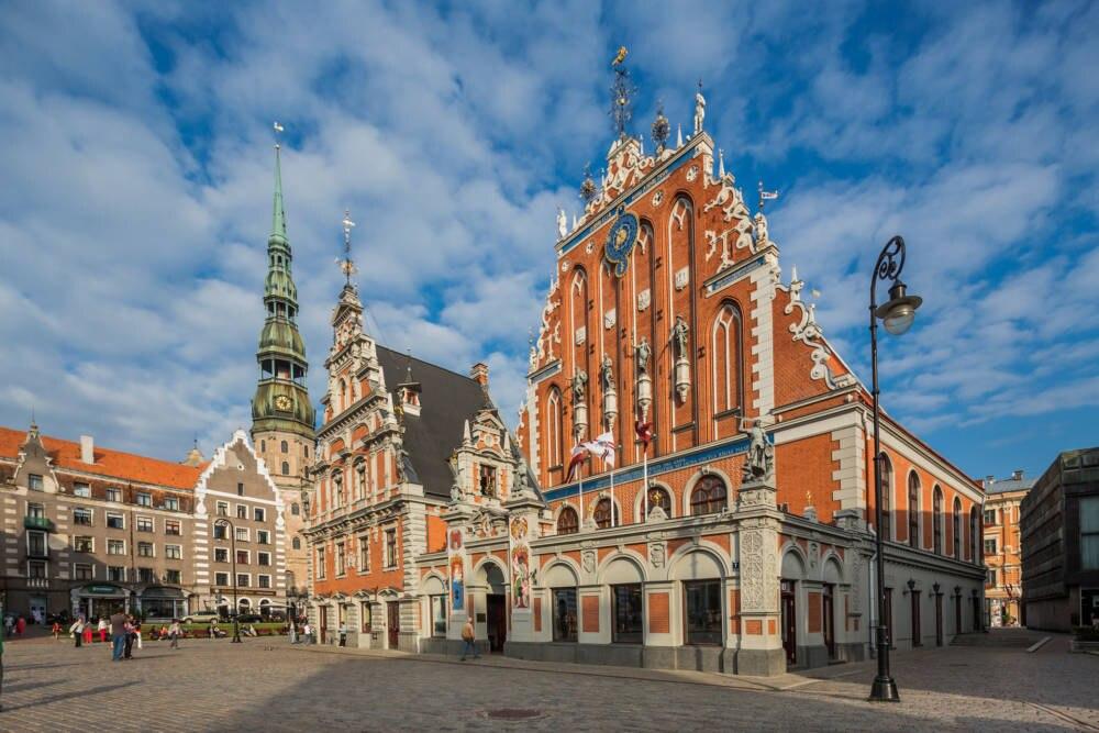 Der Rathausplatz in Riga mit dem Schwarzhäupterhaus (r.)