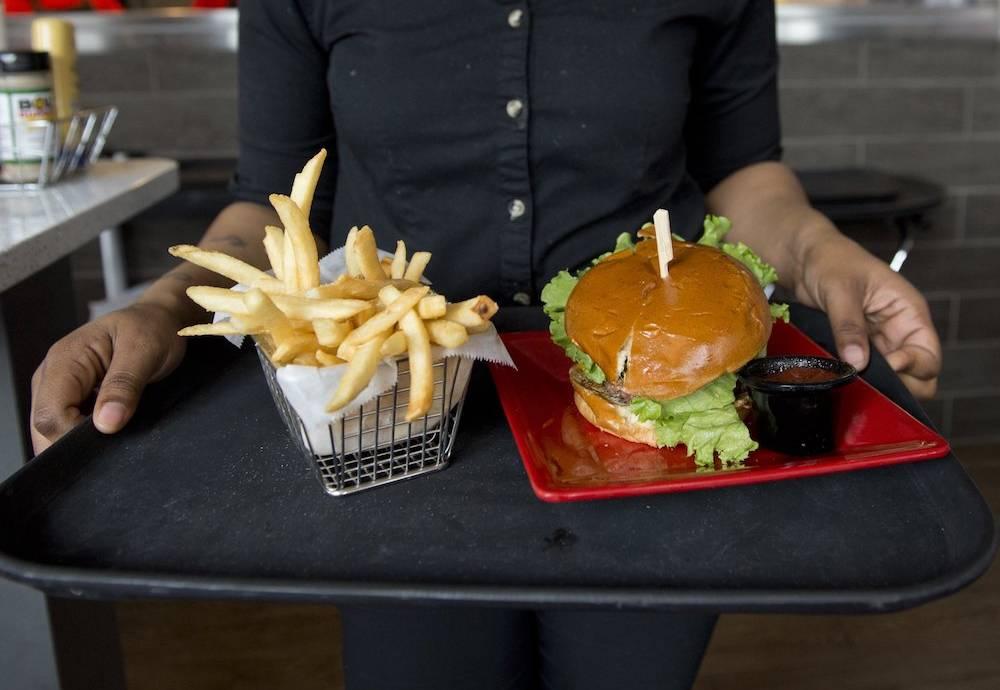 Sie sind spät dran und schaffen es vor Abflug nur noch schnell in den Fastfood-Imbiss? Ungünstig! Denn Pommes und Co. sollten Sie jetzt EIGENTLICH nicht essen...