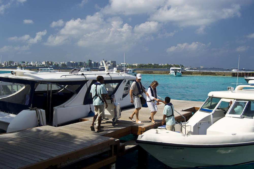 Wer mit dem Boot zum Hotel fährt, kann mitunter viel Geld sparen