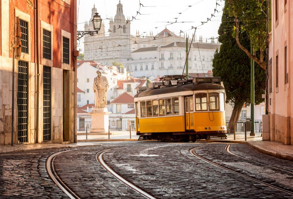 Eine der romantischen Straßenbahnen in Lissabon