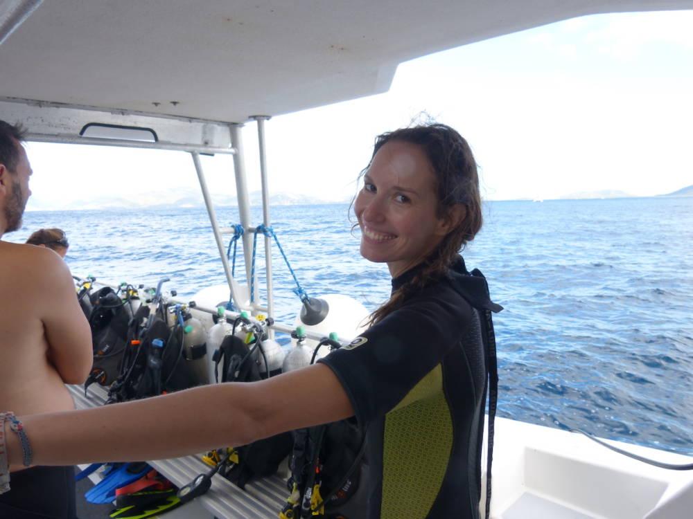 Anja Knorr auf einem Boot und bereit zum Tauchen. Eines der besten Tauchreviere der Karibik liegt vor den Corn Islands