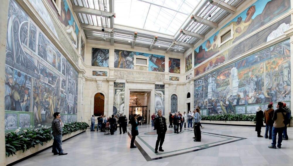 Das Museum an sich ist ein Kunstwerk mit seinem Bodenmosaiken und bunten Glasfenstern.