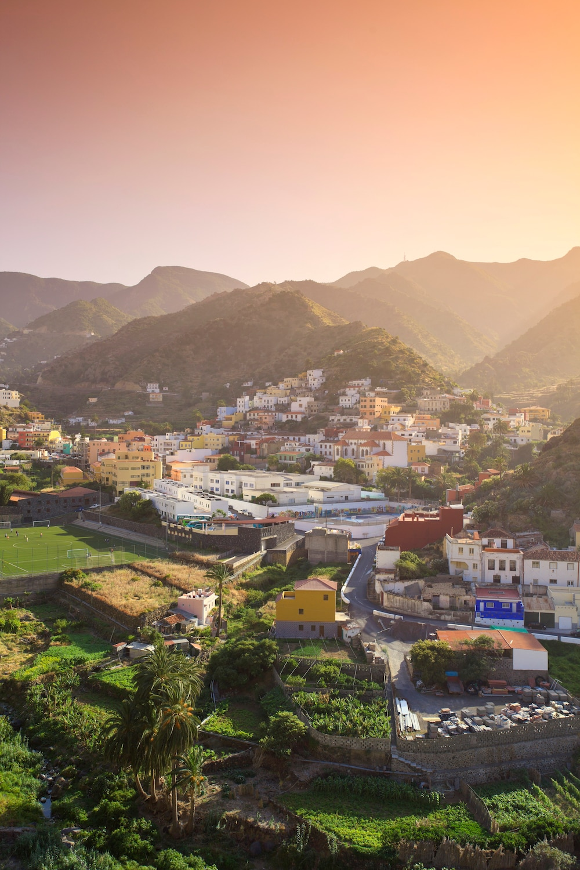 Canarias: La Gomera, Fantásticamente bella: La Gomera.  En la foto: el pueblo de Vallehermoso