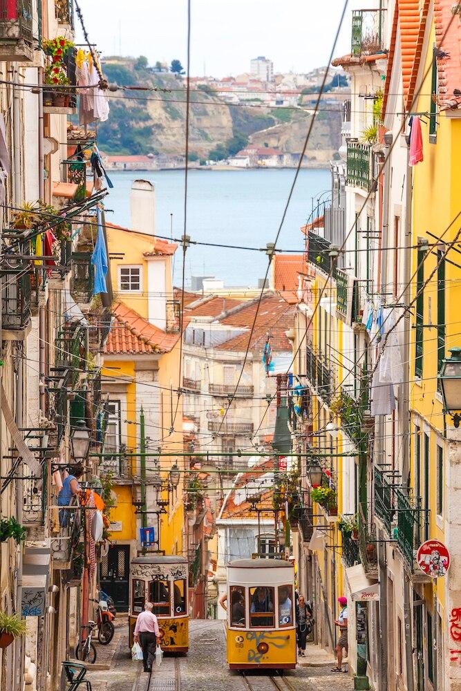 Verträumt-schön: die Tram im Bairro Alto, der Altstadt von Lissabon