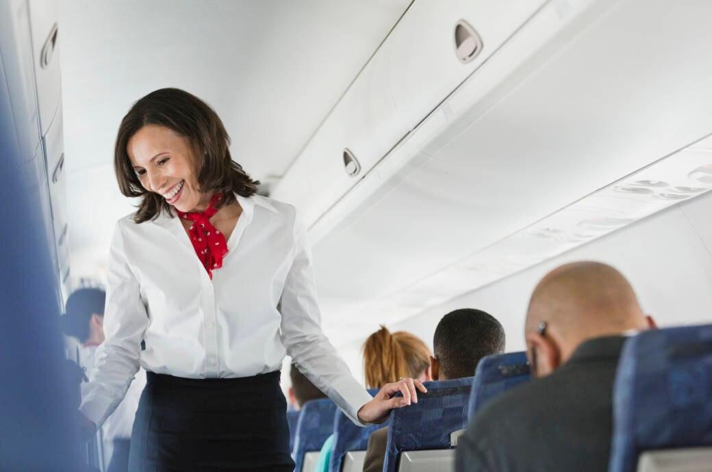 Flugbegleiterin im Flugzeug