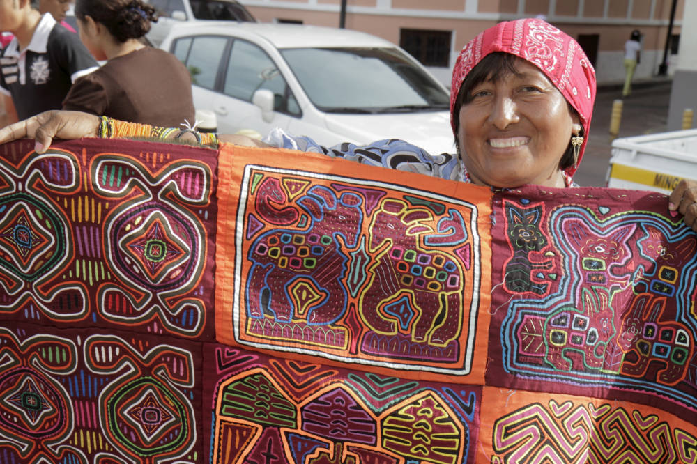 Panama, Guna-Frau mit einem traditionellen Mola
