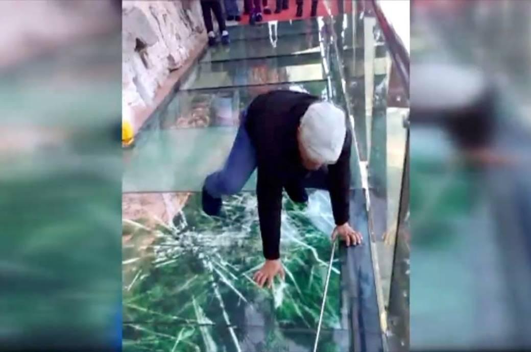 Stellt euch vor, ihr seid auf einem Skywalk und plötzlich splittert das Glas