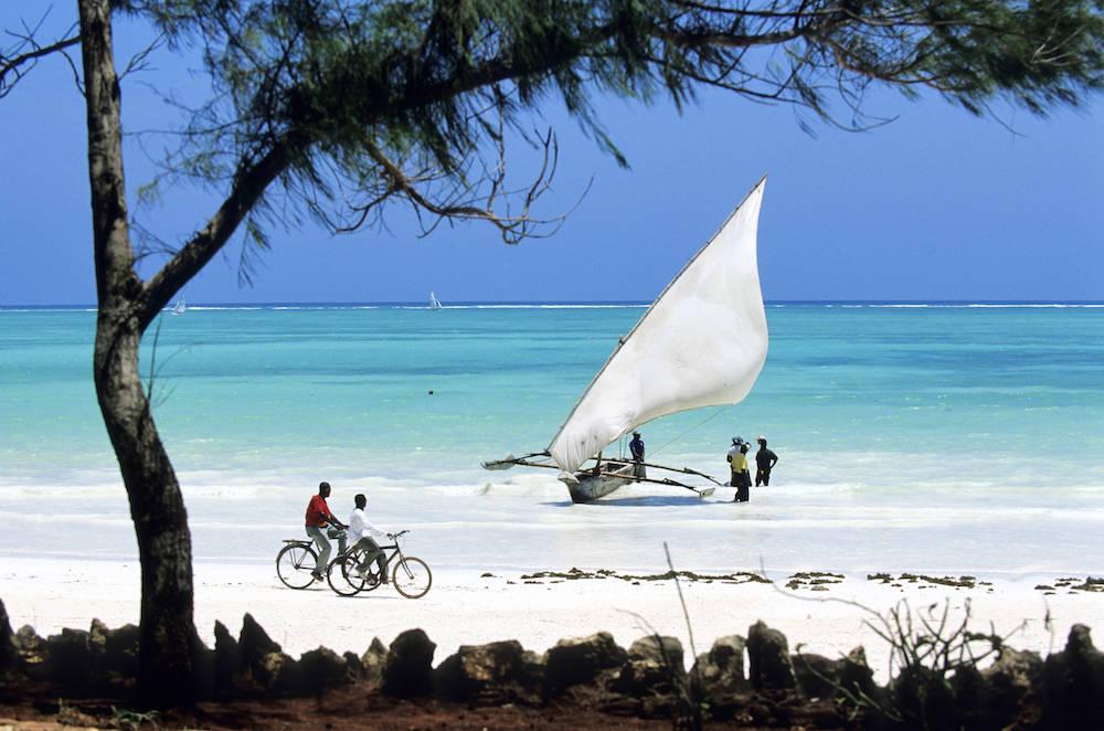 Strand-Alltag auf Sansibar: mit dem Fahrrad über den Strand, mit dem Dhow auf Fischfang