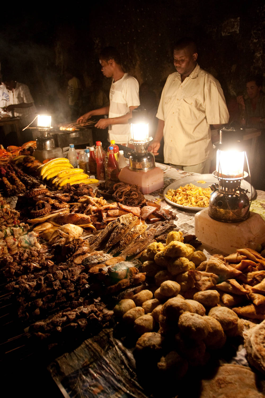 Lokale Spezialitäten auf dem Forodhani-Nachtmarkt in Stone Town