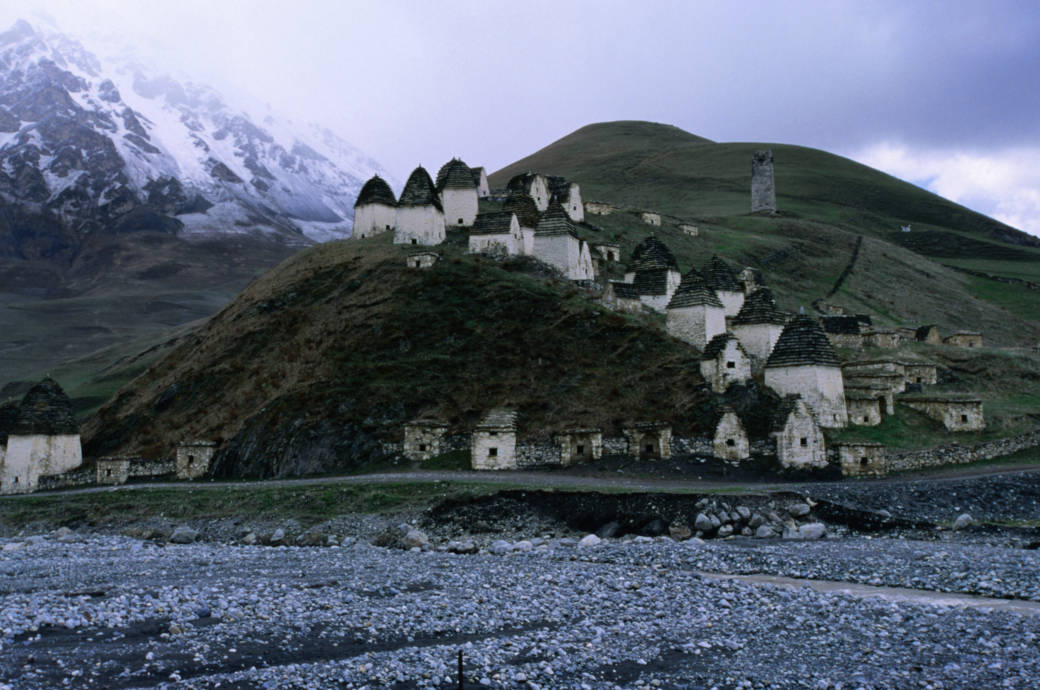 Kulisse mit düsterem Hintergrund: Die Stadt Dargavs, deren Gebäude man hier sieht, ist eine Nekropole